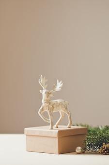 Koncepcja kartki świąteczne. świąteczna dekoracja jelenia zabawka