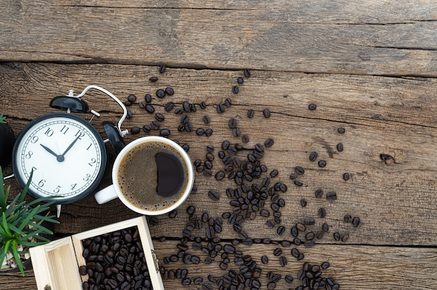 Koncepcja kawy energetycznej została umieszczona na biurku.