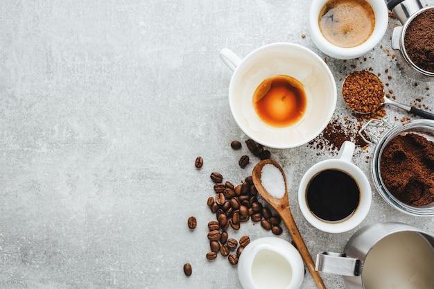 Koncepcja kawy z różnymi rodzajami kawy i rekwizyty do parzenia kawy na szarym tle. widok z góry.