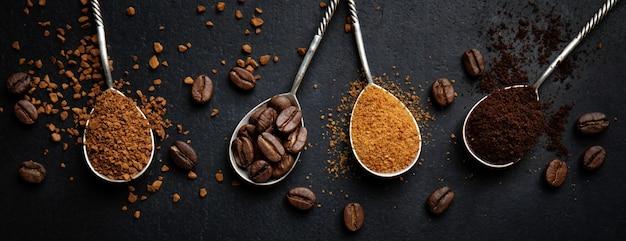 Koncepcja kawy z różnymi sztukami kawy w łyżkach. widok z góry.
