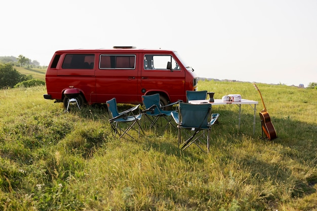 Koncepcja kempingu z czerwoną furgonetką