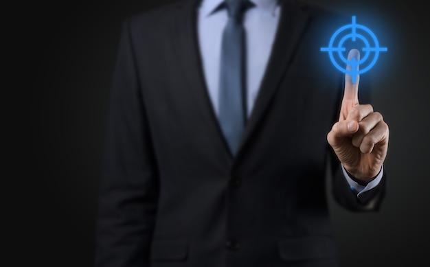 Koncepcja kierowania z biznesmenem ręki trzymającej ikonę tarczy docelowej szkic na tablicy