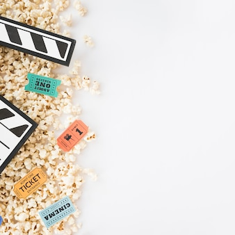 Koncepcja kina z clapperboard i popcorn