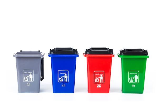 Koncepcja klasyfikacji śmieci œ kolorowe plastikowe pojemniki na śmieci na białym tle