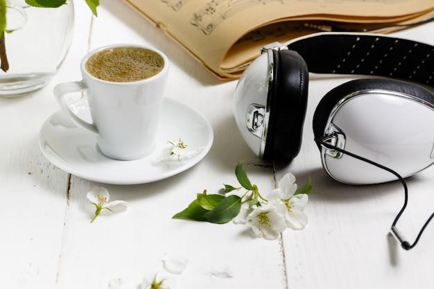 Koncepcja kobiecego miejsca pracy. freelance moda wygodne kobiecość miejsce do pracy z laptopem, kawą, kwiatami na białym tle