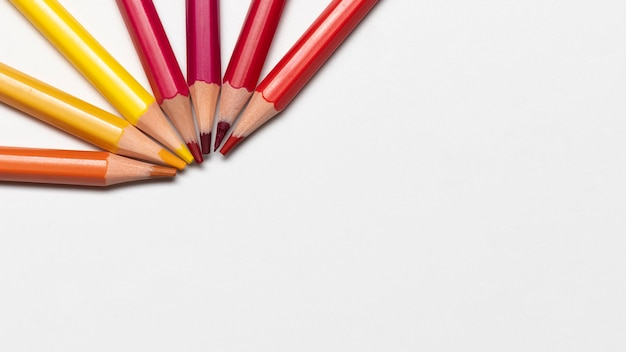 Koncepcja kolorowe ołówki z miejsca na kopię
