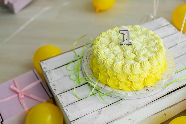 Koncepcja koloru żółtego dekoracji świątecznych z ciastem i świecami 1 rok