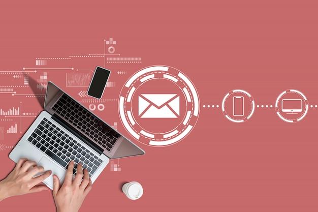 Koncepcja komunikacji e-mail z rękami i laptopem.