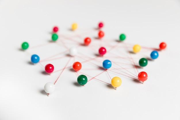 Koncepcja komunikacji z pinami wysoki widok