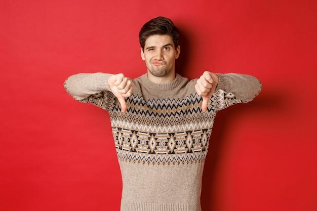 Koncepcja koncepcja przyjęcie bożonarodzeniowe i wakacje z przystojnym młodym mężczyzną