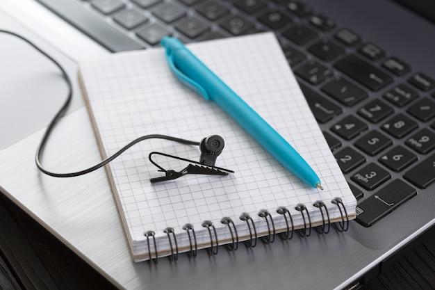 Koncepcja konferencji online, streamu, webinarium. komunikacja wideo przez internet