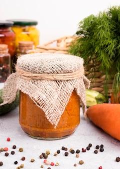 Koncepcja konserwowanej żywności z słoikami