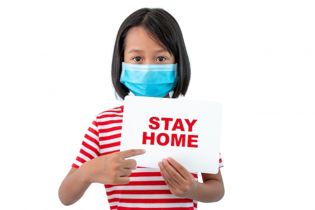 """Koncepcja koronawirusa covid-19, dziewczyna w masce trzymająca papier z komunikatem """"pobyt w domu"""", aby zachęcić wszystkich do wspólnej pracy w domu"""