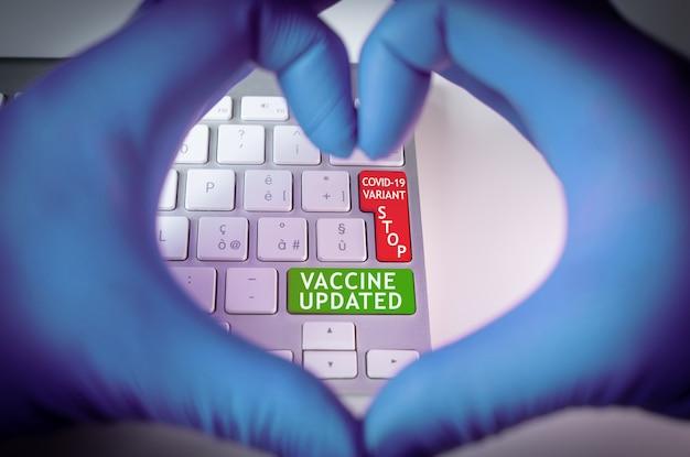 Koncepcja koronawirusa i aktualizacja szczepionki ze względu na warianty. kształt serca na klawiaturze