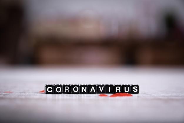 Koncepcja koronawirusa, koronawirusa mers-cov bliskiego wschodu zespół oddechowy .. napis. strzykawka i krew na drewnianym stole.