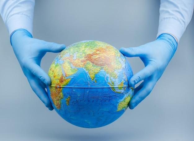 Koncepcja koronawirusa / wirusa corona. świat / ziemia umieściły maskę do walki z wirusem corona. pojęcie walki z wirusem.