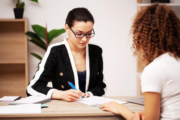Koncepcja korupcji, kobieta daje łapówkę pracownikowi firmy za podpisanie umowy.