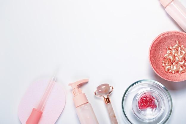 Koncepcja kosmetyczna. kosmetyki do pielęgnacji twarzy . żel oczyszczająco-nawilżający, rolkowy masażer do twarzy i kapsułki przeciwstarzeniowe
