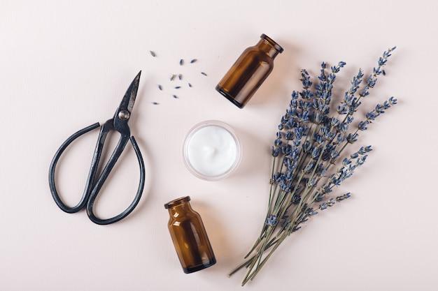 Koncepcja kosmetyków naturalnych i ziół leczniczych, widok z góry