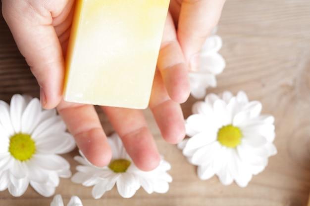 Koncepcja kosmetyków naturalnych: mydło do rąk
