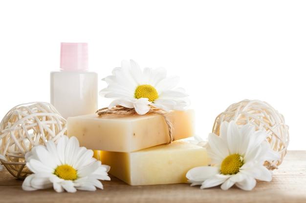 Koncepcja kosmetyków naturalnych: mydło i krem do rąk do rąk