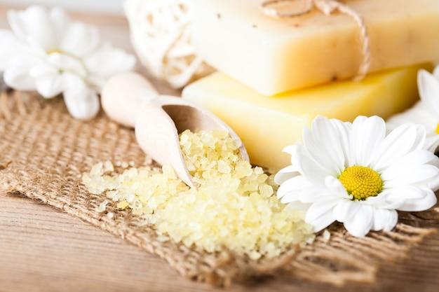 Koncepcja kosmetyków naturalnych: mydło ze stokrotkami