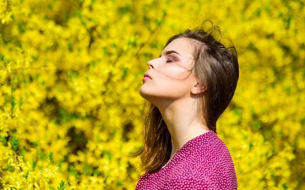 Koncepcja kosmetyków naturalnych. pielęgnacja skóry makijażu. harmonia z naturą. kosmetyki organiczne. makijaż moda. sezon letni. kosmetyki do makijażu. wiosenna świeżość. naturalne piękno. ładna kobieta do pielęgnacji skóry.
