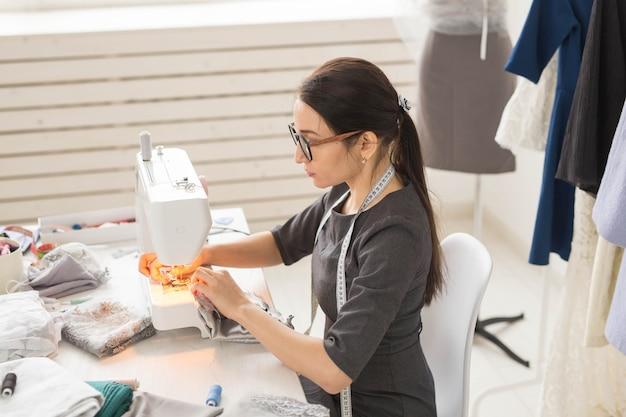 Koncepcja krawcowa i krawcowa młoda projektantka mody pracująca w jej salonie