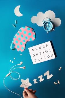 """Koncepcja kreatywnego zdrowego snu z tekstową tablicą """"optymalizacja snu""""."""