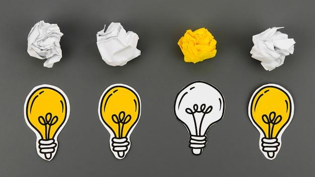 Koncepcja kreatywny pomysł i innowacja z papierową kulką