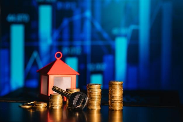 Koncepcja kredytu hipotecznego przez dom pieniądze z monet, koncepcja tło finanse i pożyczka