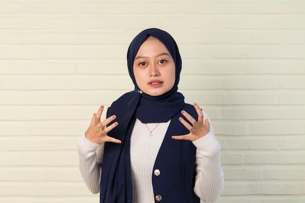 Koncepcja krzyczenia, nienawiści i wściekłości. zły emocjonalny muzułmanka krzyczy w hidżabie