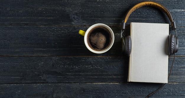 Koncepcja książek audio na ciemnym drewnianym stole