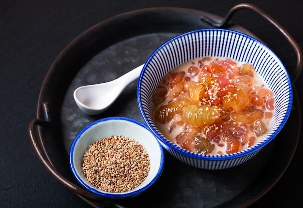 Koncepcja kuchni azjatyckiej deser krong krang słodkie miejscowe gnocchi w mleku kokosowym w ceramicznym kubku