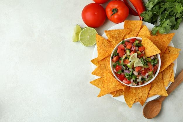 Koncepcja kuchni meksykańskiej z pico de gallo na białym stole z teksturą