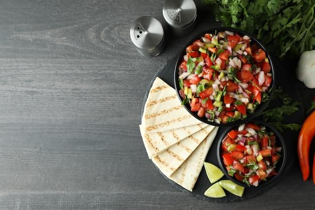 Koncepcja kuchni meksykańskiej z pico de gallo na ciemnym drewnianym stole