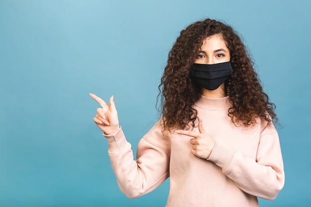 Koncepcja kwarantanny. close-up portret jej ona ładne atrakcyjne kochane słodkie urocze urocze dziewczyny nosić koszulę ochronną grypę zimną maskę na twarz