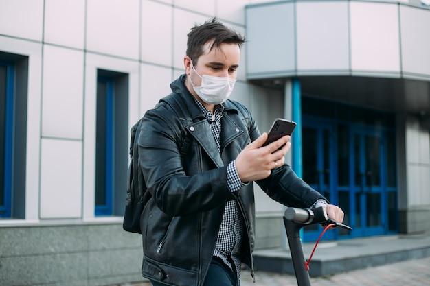 Koncepcja kwarantanny koronawirusa, mężczyzna z medyczną maską twarzową, używając telefonu do wyszukiwania wiadomości. zanieczyszczenie powietrza
