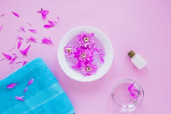 Koncepcja kwiatowy uroda z ręcznikiem i miską kwiatów