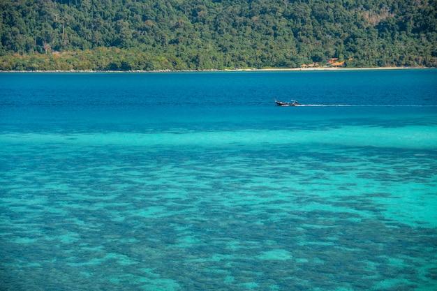 Koncepcja lato, fala miękka docierała do piaszczystej plaży koh lipe beach tajlandia, wakacje