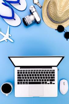 Koncepcja lato na niebieskim tle z laptopem