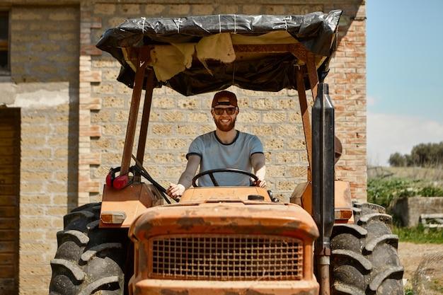Koncepcja lato, rolnictwo, rolnictwo, transport, ludzie i maszyny.