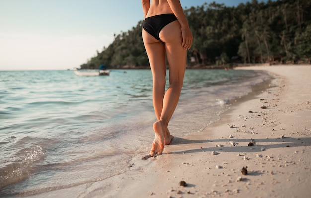 Koncepcja lato wakacje na plaży. szczęśliwa kobieta z bikini na morzu