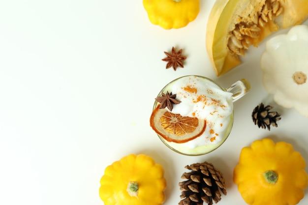 Koncepcja latte z dyni na białym stole