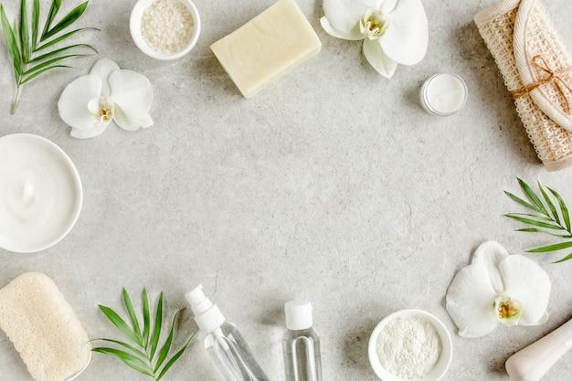 Koncepcja leczenia uzdrowiskowego. naturalne kosmetyki uzdrowiskowe, sól morska, szczotka do masażu. leżał płasko, widok z góry