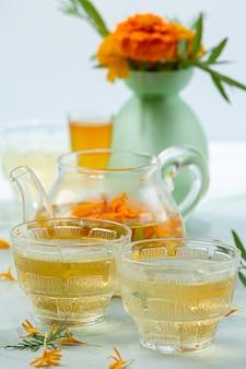 Koncepcja leczenia ziołowej herbaty nagietka, cytryny, miodu.