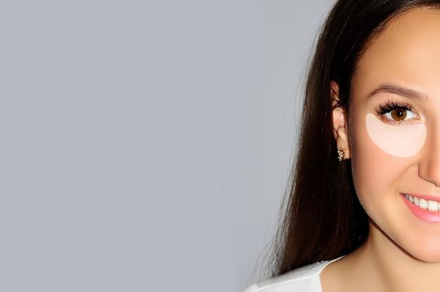 Koncepcja liftingu twarzy, kosmetyków przeciwstarzeniowych, zabiegów i pielęgnacji skóry.