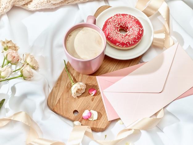 Koncepcja listu miłosnego na stole z koperty