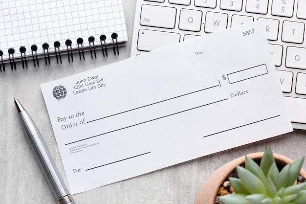 Koncepcja listy płac z widokiem z góry z czekiem in blanco