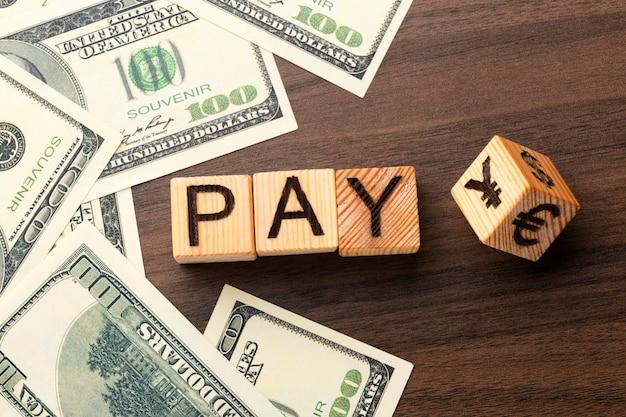 Koncepcja listy płac z widokiem z góry z gotówką i kostkami